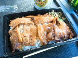 ファミリーマートの炙り焼味噌豚重(三元豚使用)398円