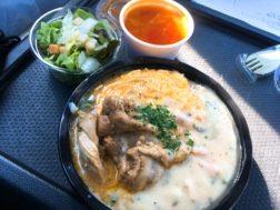 Kitchen Crescentのベーコンとほうれん草のペッパークリームソースオムライス、タンドリーチキントッピング700円とシーフードとキャベツのトマトスープ100円